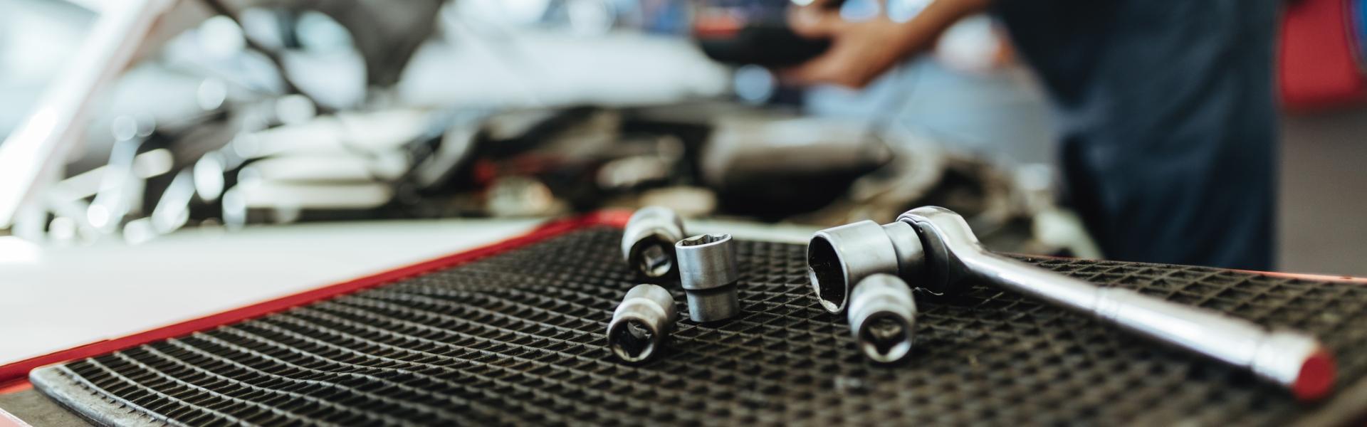 Klucze na stole w warsztacie mechanicznym