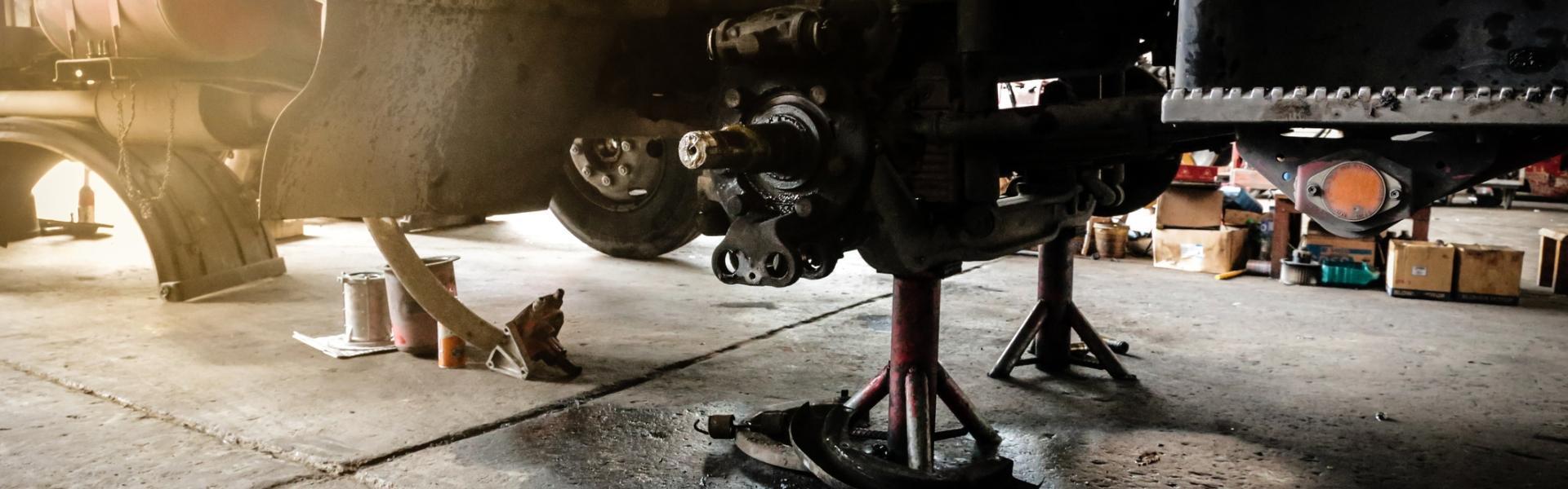 Samochód w warsztacie podczas naprawy