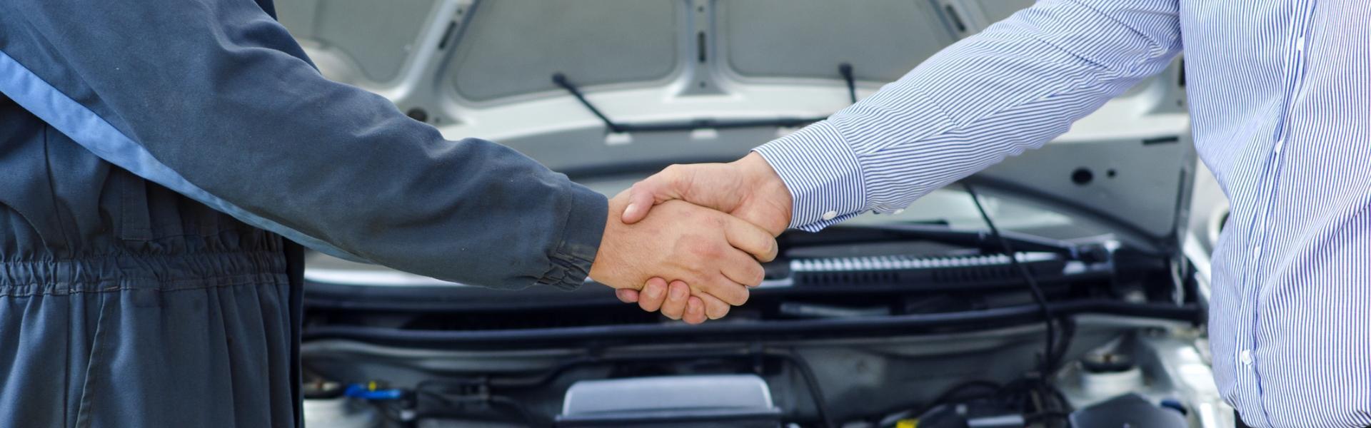 Uścisk dłoni w warsztacie samochodowym