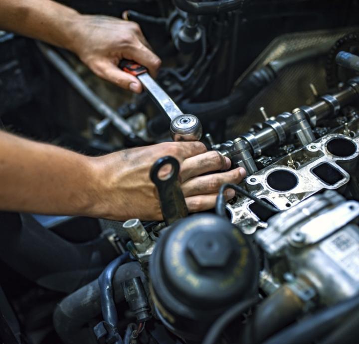 Specjalista naprawiający samochód